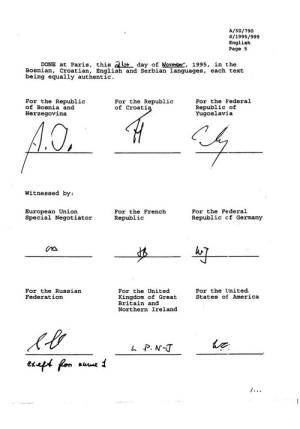 """Text návrhu """"Všeobecné rámcové smlouvy pro mír v Bosně a Hercegovině"""" podepsali dne 21. listopadu 1995 účastníci mírové konference. V horní řadě jsou podepsáni  (zleva): bosenský prezident Alija Izedbegović, chorvatský prezident Franjo Tuđman a srbský prezident Slobodan Milošević. Dále pak vyjednavači a zástupci Evropské unie, Francie, Německa, Ruska, USA a Velké Británie. zdroj: RB OSN"""