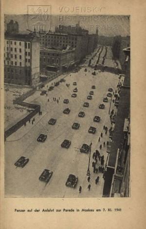 Příjezd techniky na přehlídku na Rudém náměstí.