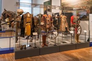 Schönbrunn  - Muzeum kočárů. Ve vitríně je vystaven slavnostní stejnokroj uherského generála z osobní výbavy Františka Josefa I. (první zprava).