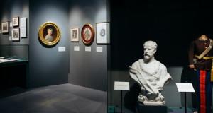 Zámek Schönbrunn. V popředí busta a dětská uniforma korunního prince Rudolfa.