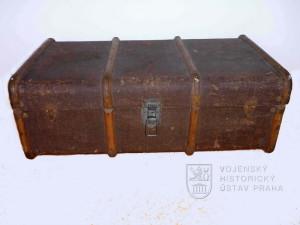 Dřevěný žebrovaný lodní kufr