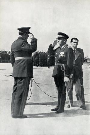 Ministr národní obrany arm. gen. Alexej Čepička podává hlášení vrchnímu veliteli čs. ozbrojených sil a prezidentu republiky Antonínu Zápotockému na leteckém dni v Ruzyni v roce 1953, v pozadí předseda vlády Viliam Široký.