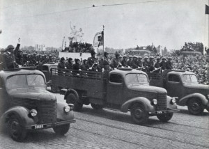Čs. ozbrojené síly 9. května 1953 na přehlídce na Letné v Praze.