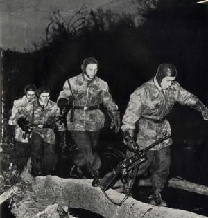 Příslušníci výsadkového vojska při nočním výcviku vyzbrojeni tzv. pumpičkami a rotním kulometem vzor 52 československé konstrukce.