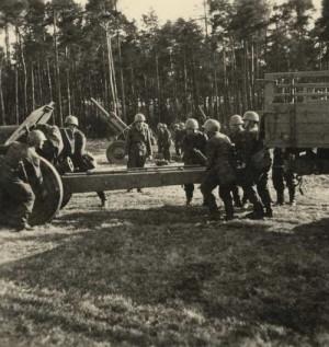 Houfnice vzor 38 ráže 122 mm při zájezdu do palebného postavení.