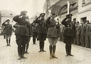 Gen. Jan Syrový (vpředu první zleva), generální inspektor branné moci, ve společnosti gen. Maurice Gamelina (uprostřed), náčelníka Generálního štábu francouzské armády v době závěrečných cvičení čs. branné moci v roce 1934. Trojici významných vojenských činitelů dotváří gen. Ludvík Krejčí, náčelník Hlavního štábu čs. branné moci.  FOTO: VHÚ