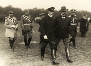 Prezident republiky Tomáš Garrigue Masaryk v doprovodu ministra národní obrany Františka Udržala při příležitosti jubilejní přehlídky československé branné moci 28. října 1928 v Praze na Vypichu. FOTO: VHÚ