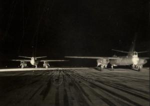 Dvojice československých proudových bombardérů Il-28 na letišti - pohled zezadu. Je patrné postavení střelce-radisty s otočnou věží pro dvojici kanónů NR-23