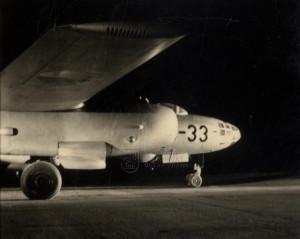 Il-28 československého letectva na letišti - pohled na předek stroje a gondolu s motorem