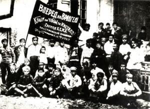 Komsomolci z nikolajevské organizace před odjezdem na frontu proti Wrangelovi