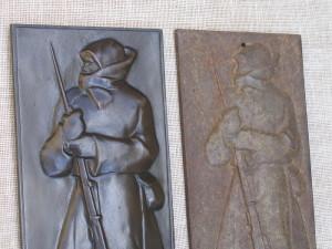 Dvě materiálové varianty reliéfů. Levá je provedená v bronzu, pravá je odlitek ze šedé litiny. FOTO: Petr Moudrý