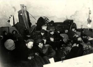 Češi totálně nasazení k zákopovým pracím na své ubikaci - rok 1944