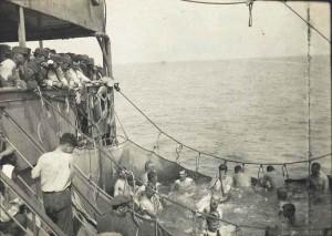 Koupání legionářů na širém moři