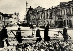 Civilní obyvatelstvo Charkova při odstraňování válečných škod, květen 1943