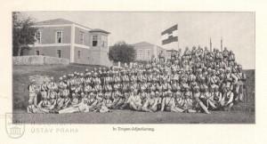Rota vojáků pěšího pluku č. 87 v tropických uniformách na Krétě.