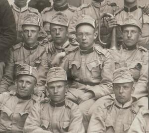 Skupina vojáků ve stejnokrojích barvy štičí šedi. Na čepicích jsou umístěny stužky v českých národních barvách, čelní štítky jsou nalakované krycí barvou. FOTO: VHÚ