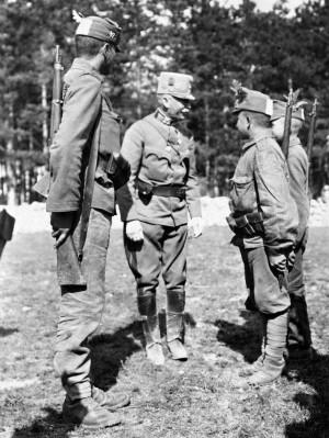 Vojáci v polních čepicích s identifikačními obdélníky pro sníženou viditelnost. FOTO: VHÚ