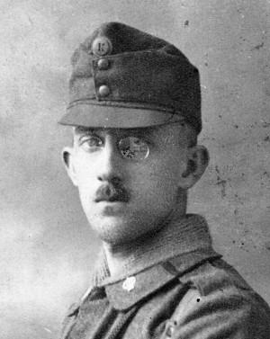 Voják v jednotném stejnokroji vzor 1916 s novým výsostným označením – iniciála panovníka K – Karel I. FOTO: VHÚ