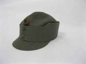 Důstojnická polní čepice z plsti. Na levé straně je světlemodrá výšivka s číslem pluku. FOTO: VHÚ