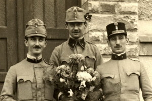 Trojice důstojníků pěchoty. Poručík napravo má starší typ černé důstojnické polní čepice. FOTO: VHÚ