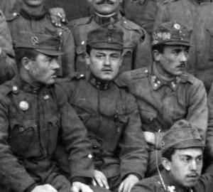 Skupina poddůstojníků střeleckého (dříve zeměbraneckého) pluku č. 12. Muž vlevo má na boku čepice odznak kulometných jednotek. FOTO: VHÚ