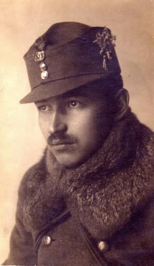 Důstojník zeměbraneckého pluku č. 9. Mezi výsostným odznakem a knoflíky je zmenšený plukovní odznak. Na levém boku je květ horské protěže. FOTO: VHÚ