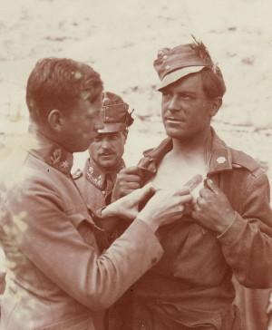 Příslušníci zeměbraneckých horských jednotek. Muž napravo má na boku čepice péřovou ozdobu. FOTO: VHÚ