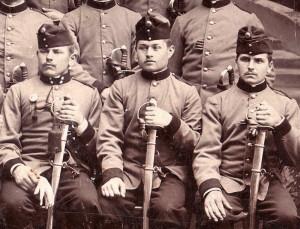 Dragouni v červených čepicích. Muž napravo má předpisovou variantu, zatímco další dva vojáci mají soukromě pořízené čepice.  FOTO: VHÚ