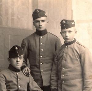 Mladí dragouni v roce 1917. Na bocích čepic mají netypické kovové označení s číslem pluku. FOTO: VHÚ