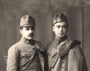Dragouni v polních stejnokrojích v barvě polní šedi. Čepice tradičního tvaru u muže vpravo je bohatě zdobená čepicovými odznaky. FOTO: VHÚ