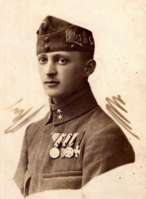 Desátník pěšího pluku s bohatě zdobenou polní čepicí bez štítku. FOTO: VHÚ