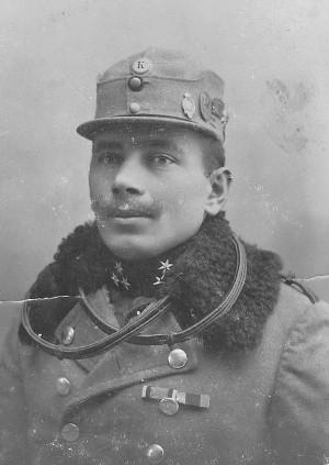 Četař František Rataj. Pod horním knoflíkem čepice je červená podložka, která se používala u úderných oddílů pluků. FOTO: sbírka Terezie Stružynové