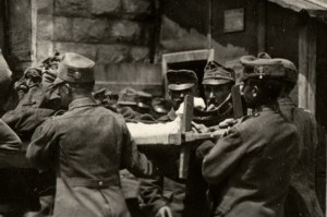 Voják vlevo má na boku plstěné čepice dobře patrné proužky za tři zranění. Toto označení z červeného sukna se používalo do zavedení medaile za zranění. FOTO: VHÚ