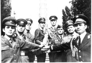 Dobové foto - družba vojáků NDR a ČSSR