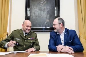 Ředitel Vojenského historického ústavu Praha plukovník Aleš Knížek a primátor statutárního města Plzeň Martin Zrzavecký podepisují memorandum o spolupráci.