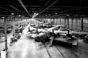 Pohled na výrobu letounů B-24 Liberator v montážní hale ve Willow Run