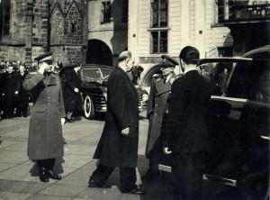 Alexej Čepička na třetím nádvoří Pražského hradu salutuje Antonínu Zápotockému jakožto prezidentu republiky