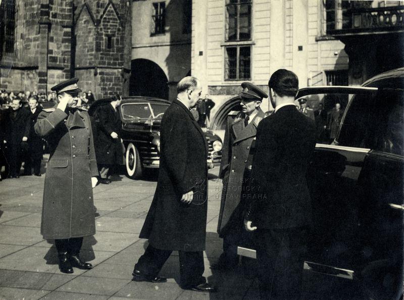 Ministr národní obrany Alexej Čepička salutuje prezidentovi Antonínu Zápotockému