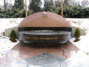 Jméno generála Jaroše je uvedeno i na pomníku obětem 2. světové války, který se nachází v objektu MO ČR v Praze a je věnován památce důstojníků generálního štábu, absolventů Vysoké školy válečné, kteří položili své životy v letech 1939-1945