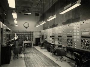 Hlavní kontrolní a operační sál rozhlasového vysílání BBC, Londýn 28. ledna 1943