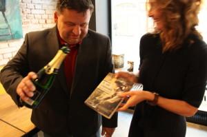 Zástupce ředitele VHÚ Pavel Löffler křtí knihu