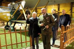 Pavel Vranský při prohlídce expozice leteckého muzea