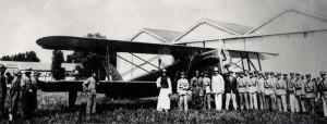 Letci Skála a Taufer se svým letounem Š-16 na japonském letišti, léto 1927