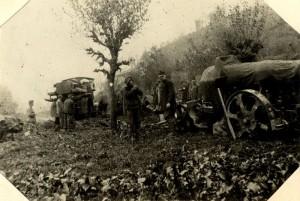 Přeprava rakousko-uherského moždíře pomocí dělostřeleckého tahače M.12 na italské frontě. Foto sbírka VHÚ.