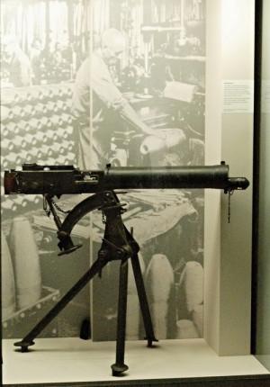 Jednou z nejvražednějších zbraní první světové války byly kulomety. Zatímco voják se standardní puškou dokázal vystřelit asi 15krát za minutu, obsluha kulometu vypálila za tuto dobu 550 ran. Na výstavě představuje tuto zbraň britský kulomet Vickers-Maxim Mark I.FOTO: Jaroslav Beránek