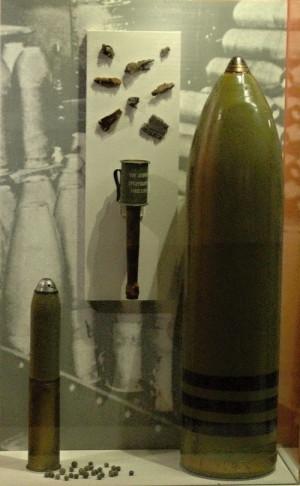 """Více než 50 % zranění způsobily na západní frontě dělostřelecké granáty, jako například německý šrapnel (zcela vlevo). Pěšáci byli vyzbrojeni ručními granáty; tomu německému přezdívali Britové """"šťouchadlo na brambory"""" (uprostřed). Velké nebezpečí představovaly také bojové plyny. Přibližně každý čtvrtý granát, který byl vypálen na západní frontě, byl plynový. Vlevo je německý plynový granát používaný v letech 1916–1918.FOTO: Jaroslav Beránek"""