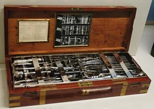 Lékařský kufřík s chirurgickými nástroji, které se obvykle používaly v polních nemocnicích.FOTO: Jaroslav Beránek