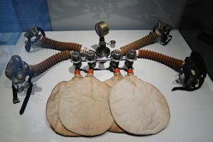 Kyslíkový přístroj, který vynalezl skotský lékař John Scott Haldane. Haldane také připravil první plynové masky.FOTO: Jaroslav Beránek