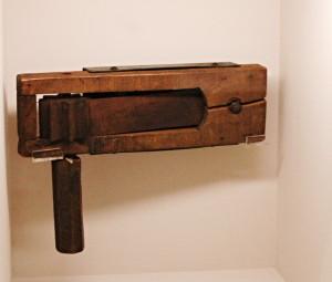 Jednoduchá dřevěná řehtačka, jejíž zvuk varoval britské vojáky před plynovým útokem.FOTO: Jaroslav Beránek