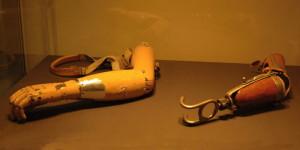 """Protézy paží – vlevo je """"důstojnická"""" paže vyrobená v roce 1915 v americké Carnes Artificial Limb Company, vpravo britská """"dělnická"""" z let 1915 a 1916.FOTO: Jaroslav Beránek"""